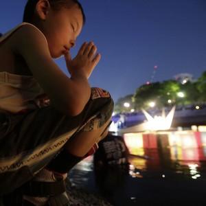 Criança reza durante cerimônia dos 70 anos de Hiroshima; veja FOTOS (Eugene Hoshiko/AP)