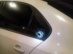 Tiro atingiu carro de MC Bó do Catarina em São Vicente, SP (Foto: Arquivo Pessoal)