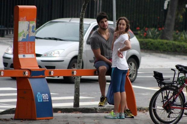Ex-BBB Marcello com a namorada na Lagoa (Foto: JC Pereira / AgNews)