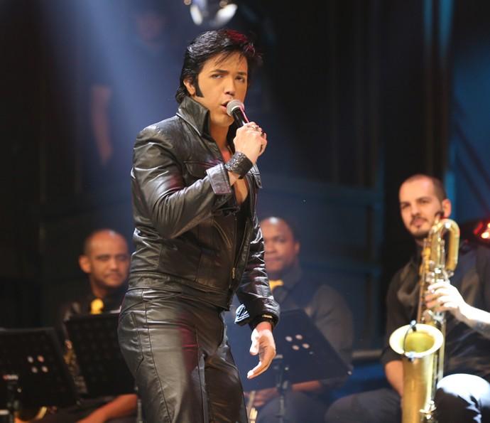 Cover de Elvis Presley se apresenta no Altas Horas (Foto: Carol Caminha/Gshow)
