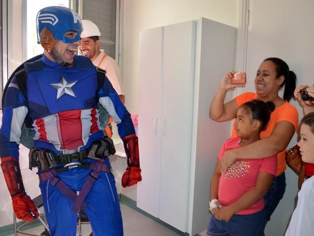 Crianças se alegram com a chegada do Captão América (Foto: Claudia Assencio/G1)