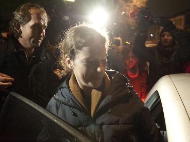 Imagem divulgada pelo Greenpeace mostra a ativista brasileira do Greenpeace sendo libertada sob fiança na Rússia. (Foto: Dmitri Sharomov/Greenpeace/AFP)