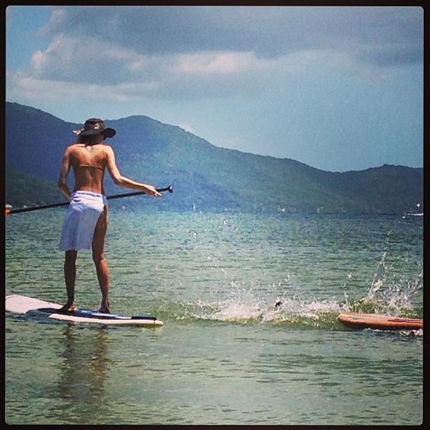 Isabeli Fontana faz standup paddle (Foto: Instagram / Reprodução)