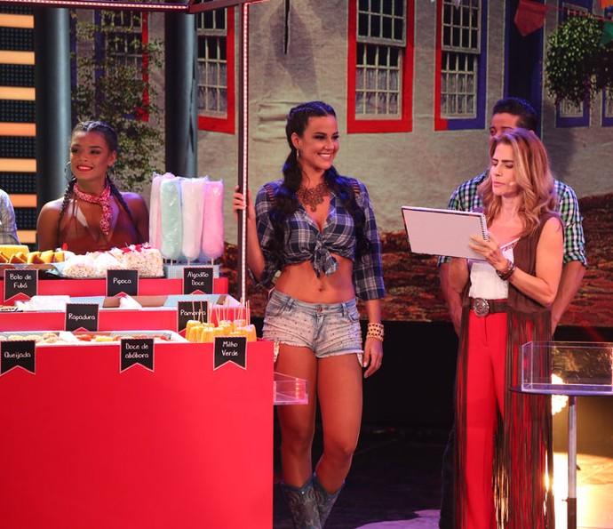 A atriz escreve o nome da comida preferida da participante (Foto: Carol Caminha/Gshow)