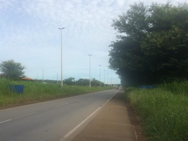 Placas na GO-080 estão apagadas e encobertas pelo mato alto, em Goiás (Foto: Vitor Santana/G1)