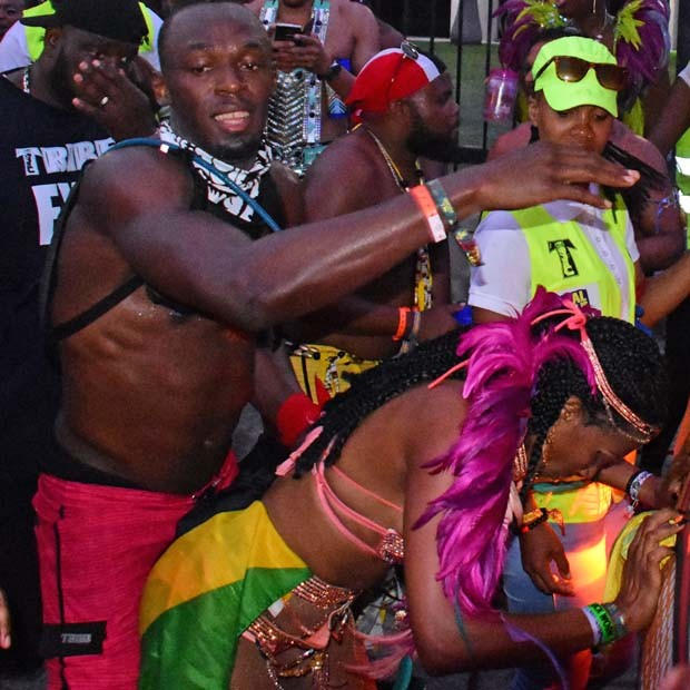 Usain Bolt dança animadamente com mulheres (Foto: The Grosby Group)
