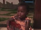 Bruno Gagliasso mostra a filha Titi tocando violão
