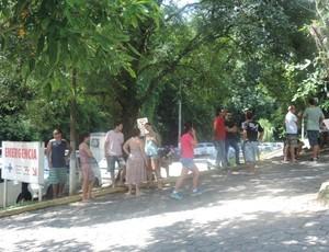 Movimentação de amigos e familiares é grande em frente ao hospital  (Foto: Renan Koerich/Globoesporte.com)