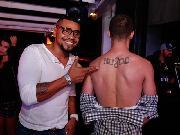 Naldo com fã em festa na Zona Sul do Rio (Foto: Felipe Panfili/ Ag. News)