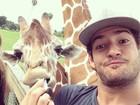 Alexandre Pato posa para selfie ao lado de girafa