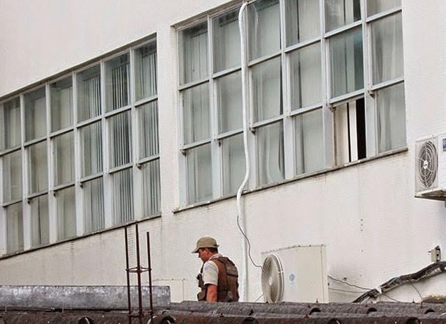 Assaltantes destruíram vidro e entraram pela janela (Foto: Aurino Antônio Soares / Mairi News)