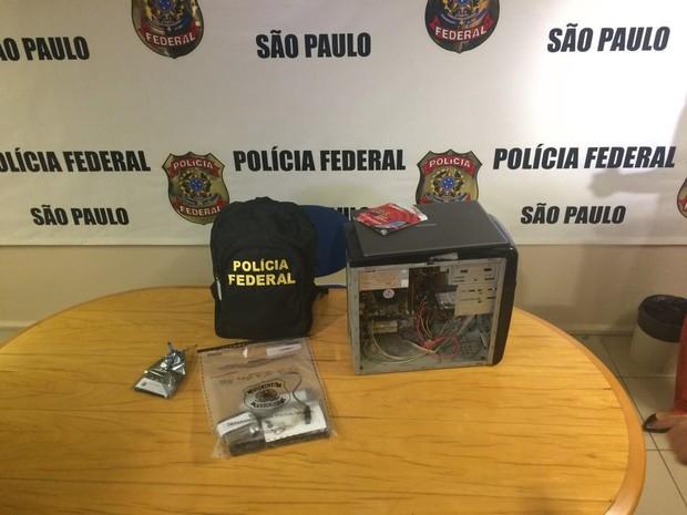 Objetos apreendidos em operação de combate à pedofilia (Foto: Will Soares/G1)