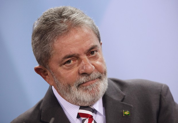 O então presidente Luiz Inácio Lula da Silva conversa com jornalistas após encontro com a chanceler alemã Angela Merkel em 3 de dezembro de 2009 em Berlim (Foto: Sean Gallup/Getty Images)