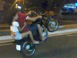 Jovem havia postado no Facebook manobra ilegal em motocicleta (Foto: Facebook/Reprodução)