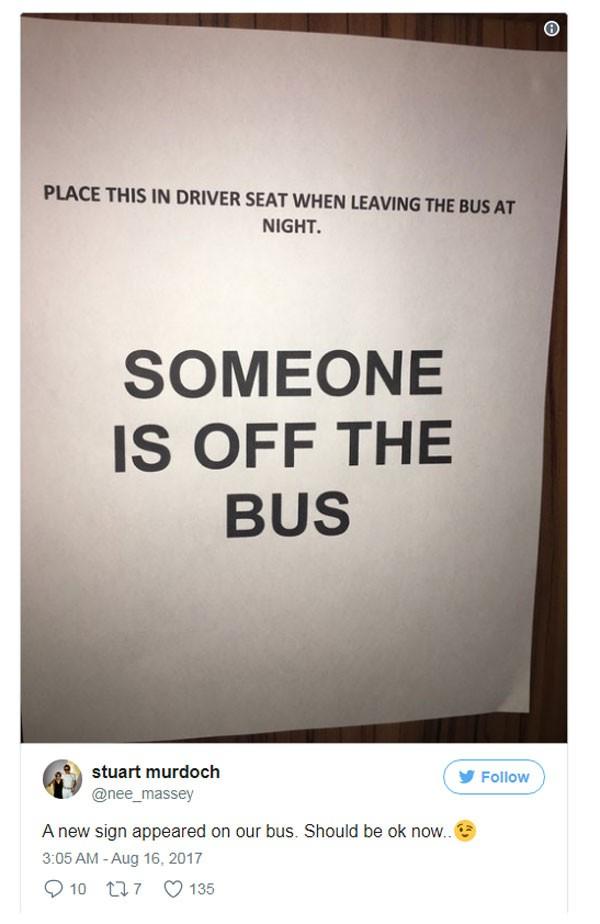 Aviso que será deixado no banco do ônibus de cada músico da banda que se ausentar do veículo. (Foto: Reprodução instagram)