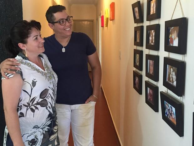 As pastoras da igreja 'Cidade de Refúgio' admiram os retratos da família na parede da casa onde moram, no Guará (Foto: Gabriel Luiz/G1)