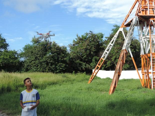 Aluno de escola municipal do Recife aprende a operar drone para ajudar no combate ao mosquito Aedes egypti (Foto: Bruno Marinho/G1)