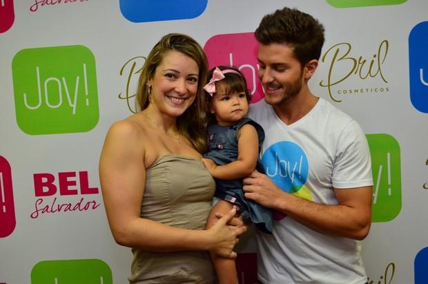 Klebber Toledo posa com Silmara Miranda, ex-loira do Tchan, e sua filhinha (Foto: Uran Rodrigues/Divulgação)