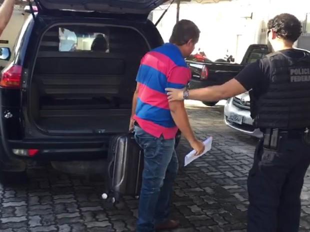 Chegada do ex-prefeito de Dolcinópolis na PF em Porto Seguro (Foto: Divulgação/Polícia Federal)