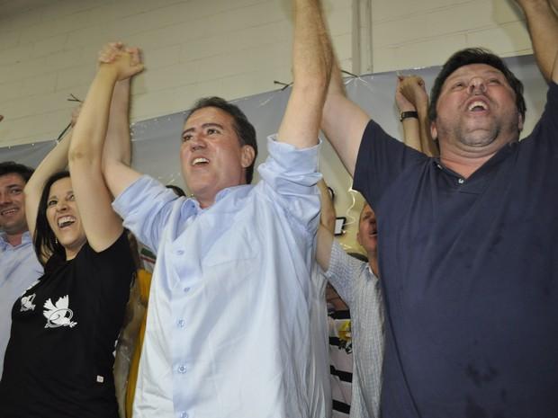 Jonas Donizette durante comemoração da vitória em Campinas (Foto: Erick Julio / G1)