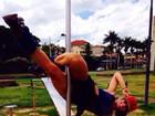 Finalista 'tiazinha' do Miss Bumbum pratica pole dance em parque