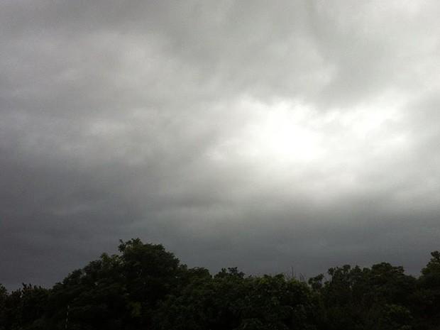 Porto Alegre amanheceu com céu nublado neste sábado (25) (Foto: Tatiana Lopes/G1)