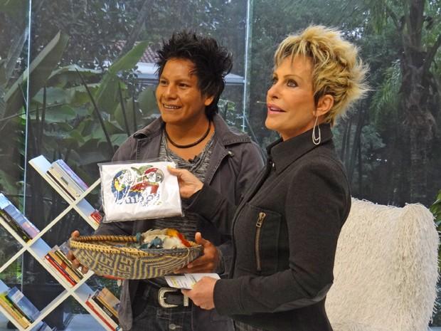 Yuri leva presentes para Ana Maria Braga (Foto: Mais Você / TV Globo)