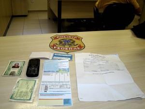Documentos falsificados foram apreendidos com suspeito em Natal (Foto: Divulgação/Polícia Federal)
