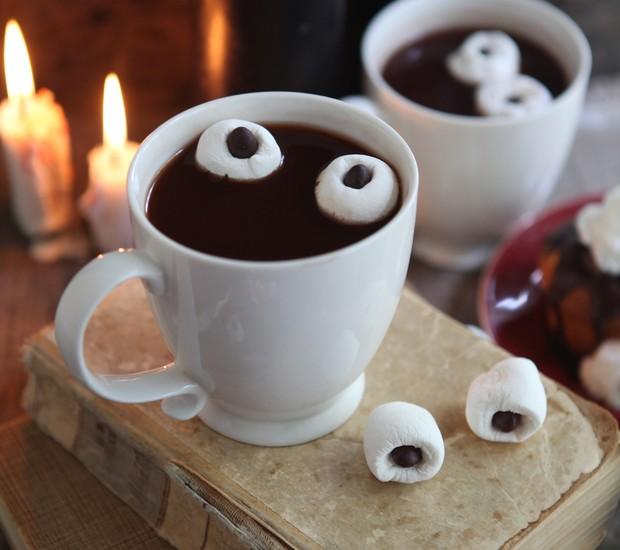 Quer dar um toque divertido ao chocolate quente? Coloque gotas de chocolate no meio de marshmallows e pronto: olhinhos macabros boiando pela bebida doce...  (Foto: Thinkstock)