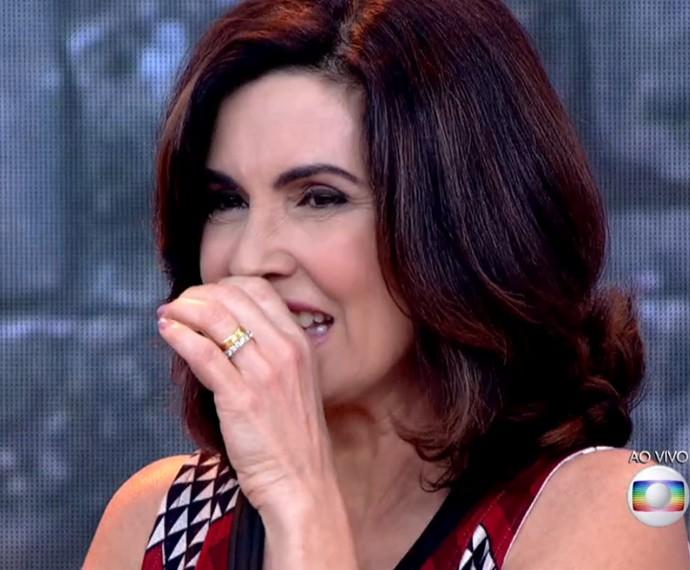Fátima faz cara feia ao experimentar bala japonesa (Foto: TV Globo)