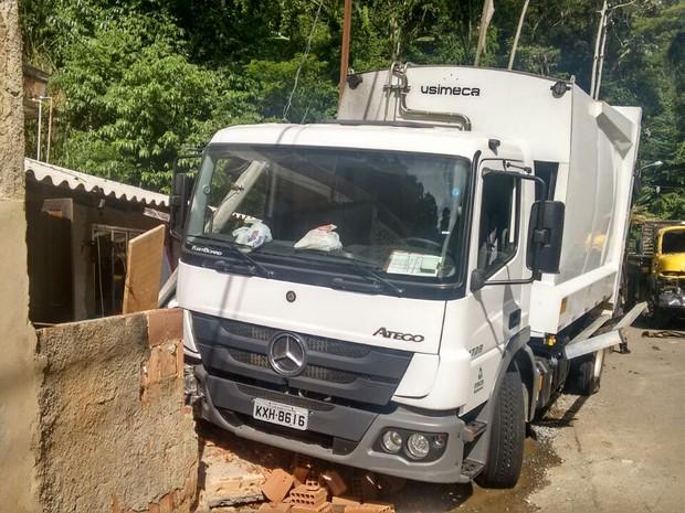 O acidente aconteceu por volta de 13h, na Estrada União e Indústria (Foto: Carlos Miranda)