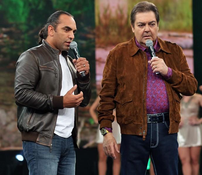 Cristian Dimitrius explica como são as onças no palco do 'Domingão do Faustão' (Foto: Isabella Pinheiro/Gshow)