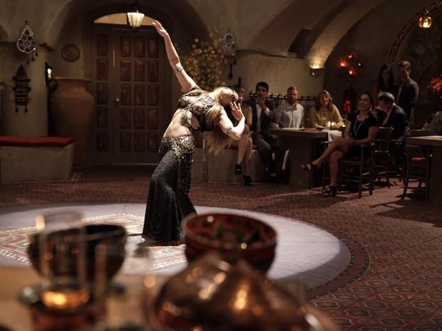 Bianca arrasa na dança e encanta no restaurante de Cyla (Foto: Salve Jorge/TV Globo)