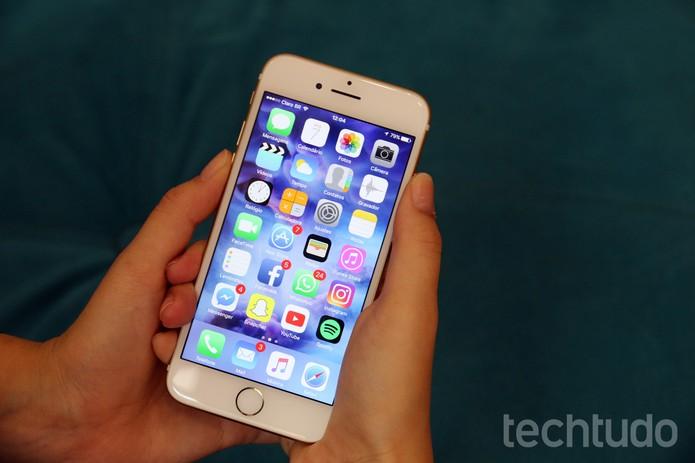Pressionar os dois botões faz o iPhone 7 entrar em modo DFU  (Foto: Aline Batista/TechTudo)