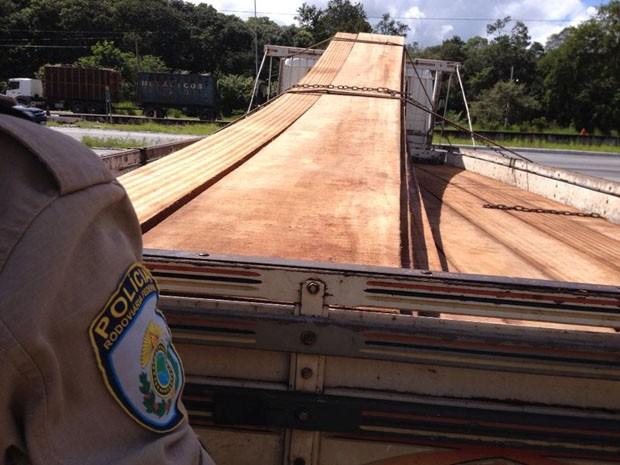 Carga de madeira foi apreendida pela PRF no município de Mamanguape, no litoral norte da Paraíba (Foto: Nucom/PRF)