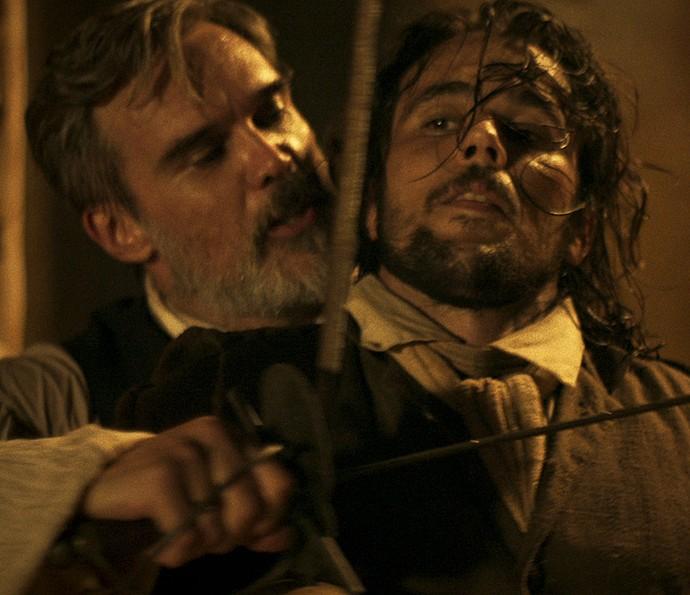 Raposo e Xavier travam duelo no meio da rua (Foto: TV Globo)