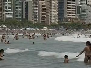 Não é aconselhável deixar objetoa na faixa de areia se não tiver alguém para ficar de olho (Foto: Reprodução/RBS TV)