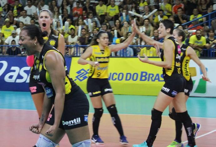 Praia Clube Brasília Superliga Feminina de vôlei quartas de final Uberlândia Daymi Ramirez (Foto: Lucas Papel)