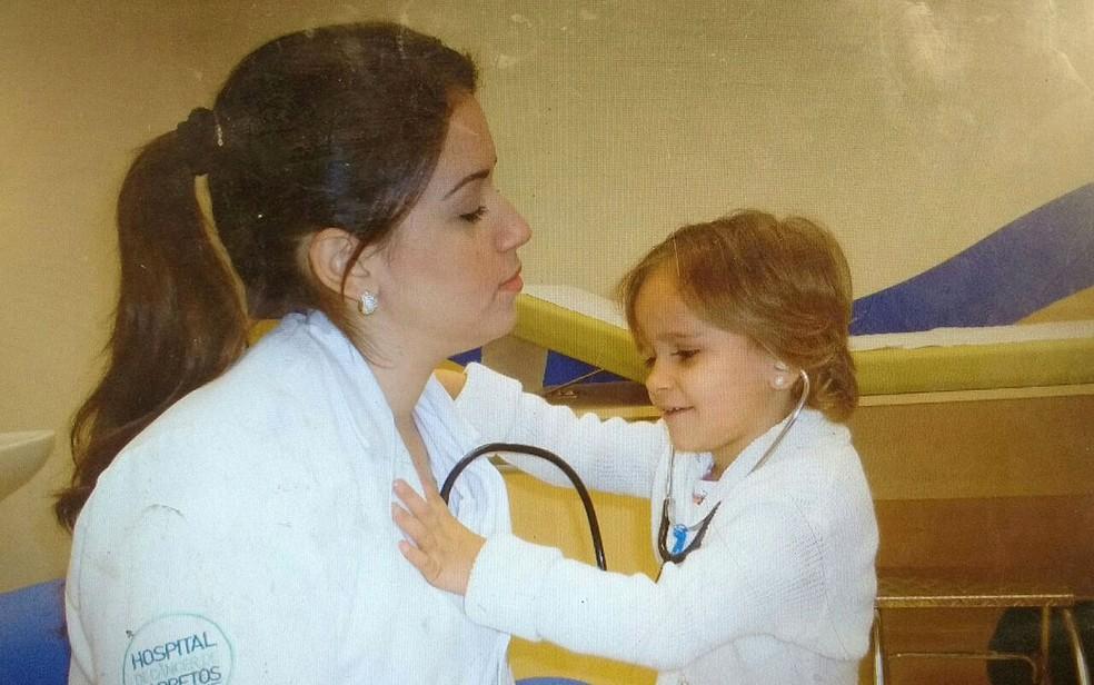 Beatriz brinca com médica no Hospital de Câncer de Barretos, SP (Foto: Arquivo pessoal/Divulgação)