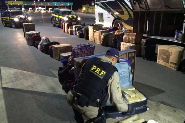 Policiais encontram 195 kg de maconha em bagagens de ônibus em Cristalina, Goiás (Foto: Divulgação/PRF)