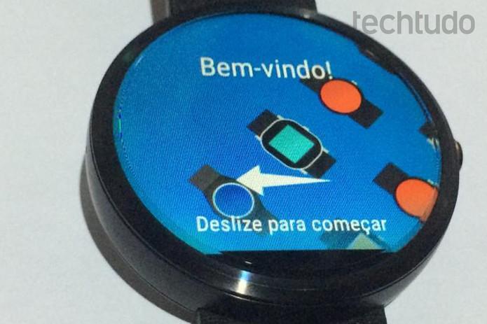 Deslizando a tela do moto 360 para iniciar sua configuração (Foto: Edivaldo Brito/TechTudo)