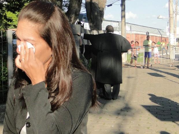 21.nov.2012 - Mãe de Eliza, Sônia de Fátima Moura, chora ao deixar o Fórum de Contagem (MG). Ela foi uma das testemunhas ouvidas nesta quarta-feira (21) (Foto: Pedro Cunha/G1)