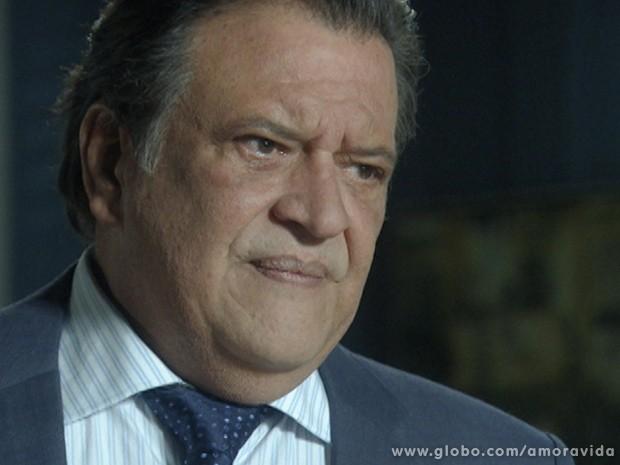 Atílio fica arrasado com a posição de César (Foto: Amor à Vida / TV Globo)
