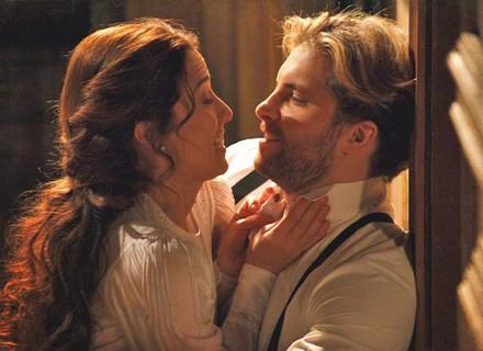 Edgar até tenta, mas não consegue ficar afastado de Laura e eles fazem as pazes
