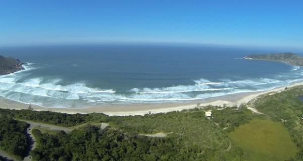 Confira estão os acessos, os preços e as opções de hospedagem na Praia do Rosa (Foto: Claudio Lima/Divulgação/Reprodução G1)