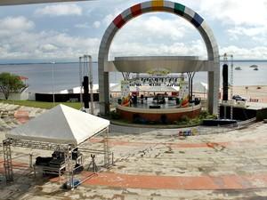 Anfiteatro da Ponta Negra começa a receber os preparativos para a festa de réveillon nesta segunda-feira (31) em Manaus; a praia foi interditada para o acesso de banhistas e a festa contará apenas com atrações locais (Foto: Adneison Severiano/G1)