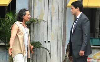 Hélio acusa o pai de tentar afastá-lo da família (Foto: Flor do Caribe / TV Globo)