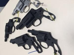 Armas foram apreendidas em operação (Foto: Polícia Civil/Divulgação)