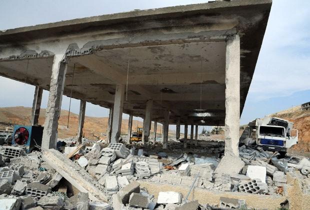 Foto da agência Sana mostra prédio destruído por ataque israelense em Damasco (Foto: AP)