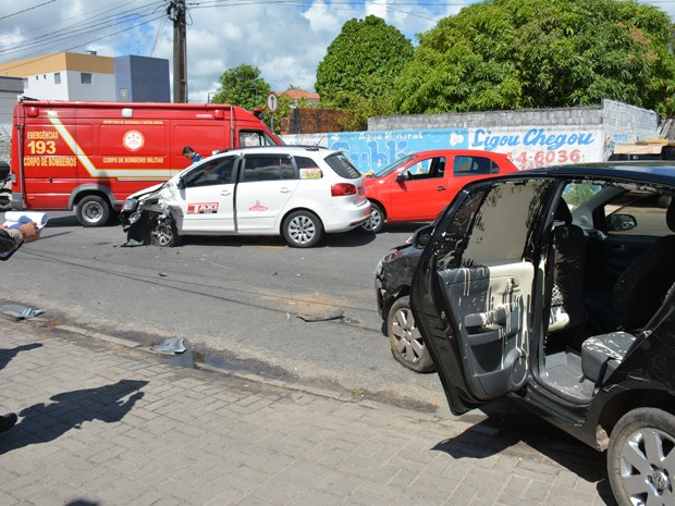 Com a batida, galão explodiu e carro ficou coberto de tinta. A motorista passou mal e foi atendida pelo Corpo de Bombeiros (Foto: Walter Paparazzo/G1)